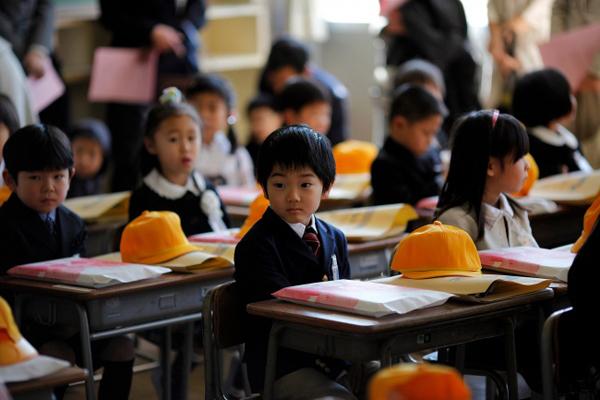 1. Học cách cư xử trước khi học tri thức Ở các trường học Nhật Bản, học sinh không phải tham gia kỳ thi nào cho đến khi lên lớp 4 (10 tuổi). Học sinh chỉ phải làm những bài kiểm tra nhỏ. Mục đích của 3 năm học đầu đời không phải là để đánh giá kiến thức hay việc học tập của trẻ, mà là để tạo dựng thái độ, hành vi cư xử tốt đẹp và phát triển nhân cách. Trẻ em được dạy phải tôn trọng người khác, hòa ái với động vật và tự nhiên. Chúng cũng được học để trở nên rộng lượng, giàu lòng nhân ái và biết đồng cảm. Bên cạnh đó, trẻ cũng được dạy những phẩm chất như lòng dũng cảm, tự chủ và chính nghĩa.