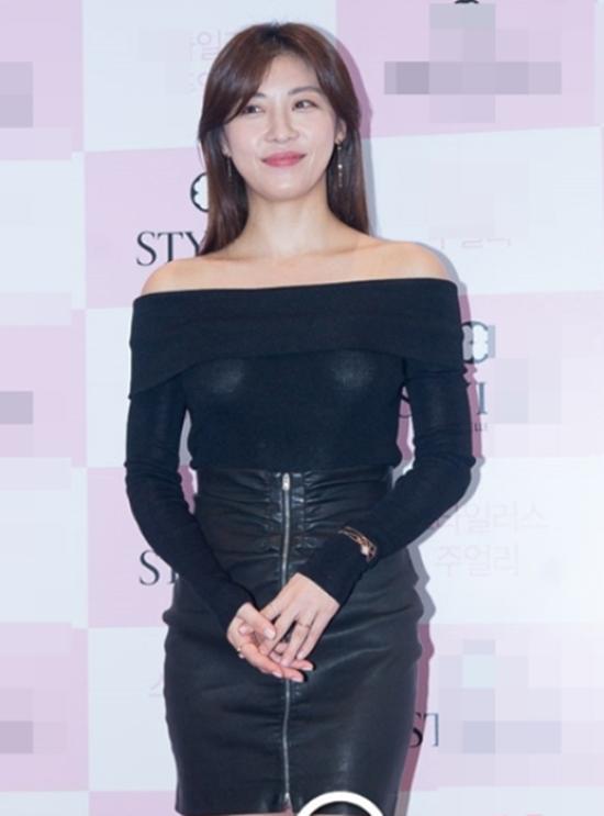 Là người đẹp thanh lịch, quý phái, Ha Ji Won cố tình diện trang phục kín đáo, sang trọng tham dự sự kiện nhưng mọi thứ đều bị đèn flash phá hỏng. Chủ đề Ha Ji Won lộ nội y khiến từng công chúng xôn xao.