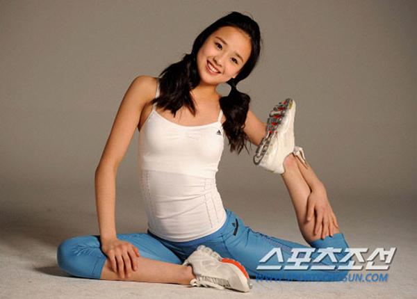 Ngoài đời, cô nàng khá hồn nhiên, nhí nhảnh. Cô từng làm mẫu cho một số tạp chí ở xứ kim chi.