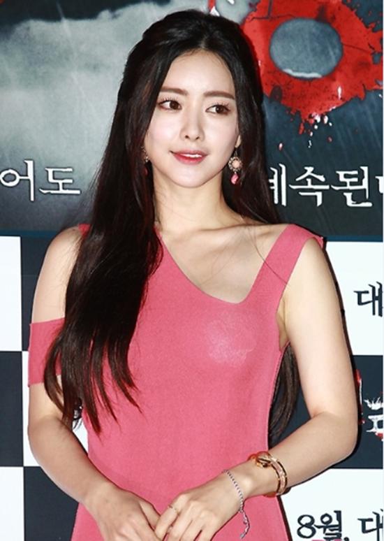 Dù đã cẩn thận không diện bra để tránh sự cố lộ hàng nhưng người đẹp dao kéo Hong Soo Ah vẫn bị một phen ngượng ngùng trước đèn flash của cánh phóng viên.