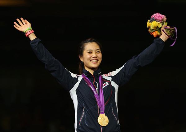 Kim Ji Yeon là một kiếm thủ có tiếng của Hàn Quốc ở Thế vận hội năm nay. Cô là nữ vận động viên đầu tiên của xứ kim chi mang huy chương vàng Olympic về cho quê hương.