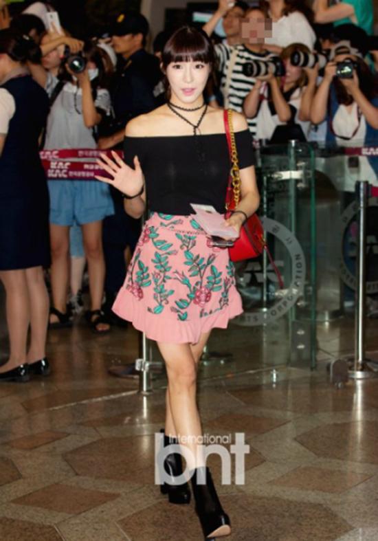 Tiffany xuất hiện với hình ảnh nữ tính, ngọt ngào tại sân bay vừa qua. Tuy nhiên, mọi sự chú ý đều đổ dồn vào nội y lấp ló của nữ ca sĩ.
