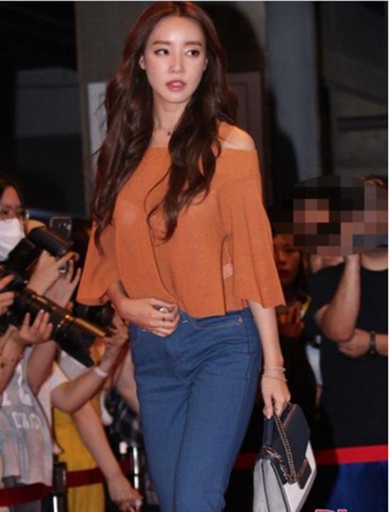 Thành viên nhóm Rainbow Woo Ri ăn mặc đơn giản, thanh lịch đến tham dự một buổi ra mắt phim. Cô nàng bỗng trở nên hút máy ảnh khi nội y lộ rõ dưới lớp áo mỏng manh.