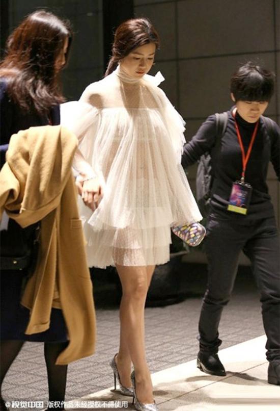 Tiểu Long Nữ Trần Nghiên Hy bỗng trở thành trung tâm của sự chú ý khi diện trang phục rườm rà, thiếu tinh tế. Trước ánh đèn flash, chất liệu vải mỏng tang không thể cứu người đẹp khỏi pha lộ nội y đáng xấu hổ.