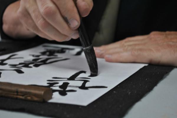 6. Ngoài các môn truyền thống, học sinh Nhật còn được học thi ca và thư pháp Thư pháp Nhật, hay Shodo, được coi là một môn nghệ thuật ở nước này, phổ biến không kém hội họa truyền thống. Trong khi đó, Haiku là một thể thơ nổi tiếng ra đời từ thế kỷ 17. Lớp học Shodo và Haiku dạy trẻ em biết tôn trọng văn hóa và truyền thống nước nhà.