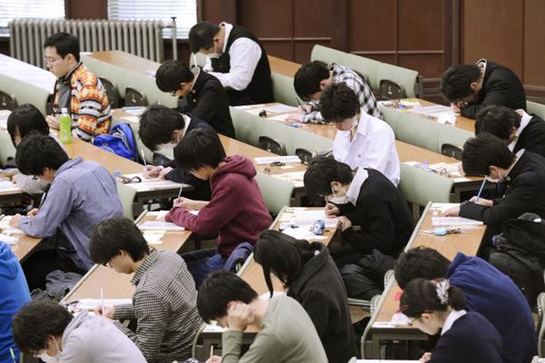 9. Một bài thi quyết định tương lai  Cuối cấp ba, học sinh Nhật phải tham gia một kỳ thi rất quan trọng có tính chất quyết định cho tương lai của họ. Một học sinh có thể chọn một trường đại học mình muốn và trường đó sẽ có yêu cầu về điểm số nhất định. Nếu học sinh không đạt được số điểm yêu cầu thì họ sẽ trượt. Tỷ lệ cạnh tranh rất cao - chỉ 76% học sinh tốt nghiệp cấp ba tiếp tục học lên cao đẳng và đại học. Vì thế, quá trình chuẩn bị cho kỳ thi vào ĐH-CĐ ở Nhật rất căng thẳng.