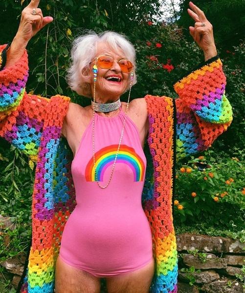 Bà Baddie Winkle tên thật là Helen Van Winkle, sinh năm 1928, bắt đầu gia nhập   cộng đồng Instagram năm 85 tuổi. Người bà của 8 đứa cháu đã nhanh chóng   đánh cắp trái tim của đông đảo cộng đồng mạng nhờ vẻ vui tươi đầy sức sống   của mình.