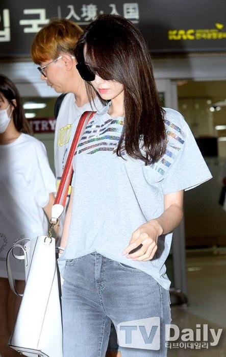 Các thành viên khác cũng bị ảnh hưởng, có tâm trạng không tốt khi đối mặt với báo giới. Yoon Ah đeo kính đen, lạnh lùng đi ra khỏi cổng chứ không thân thiện như mọi lần.
