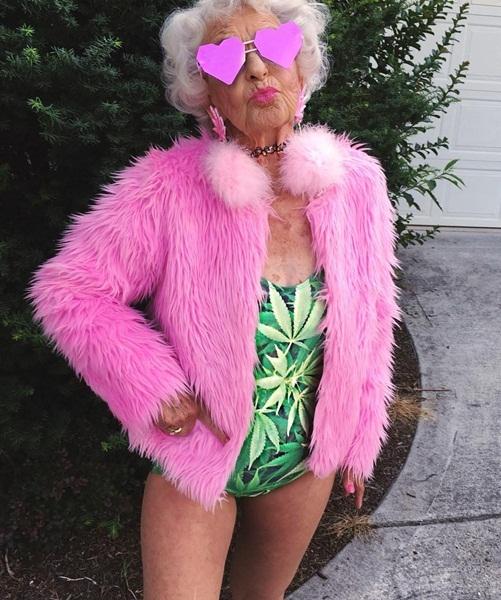 Bà Baddie Winkle hào hứng chia sẻ những bức ảnh mặc bikini, trang phục màu sắc   rực rỡ, kiểu dáng trẻ trung bất chấp tuổi tác, dường như không có phong cách thời   trang nào bà không dám thử nghiệm.