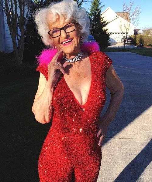 Ngoài thời trang, bà Baddie cũng liên tục cập nhật những xu hướng mới nhất như   twerking (nhảy lắc hông), tụ tập cùng hội các bạn trẻ đi chơi bar.