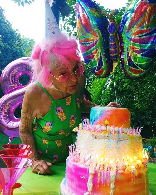 Bà Baddie vừa đón sinh nhật lần thứ 88 cách đây 3 tuần. Trong tiệc sinh nhật, bà   Baddie diện một chiếc váy 2 dây màu xanh, mái tóc hồng nổi bật. Một người dùng   Instagram bình luận: Đây chính là hình mẫu cho cuộc sống sau này của tôi.