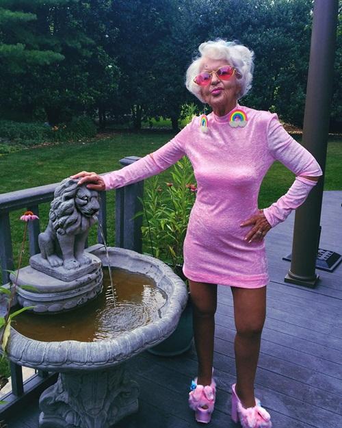Kennedy và Instagram đã giúp bà Baddie rất nhiều để vượt qua nỗi đau sau cái   chết của chồng và con trai. Bà dần tìm được niềm vui mới khi giao lưu với mọi   người trên khắp thế giới và yêu đời hơn khi mặc những bộ đồ trẻ trung, tươi tắn.