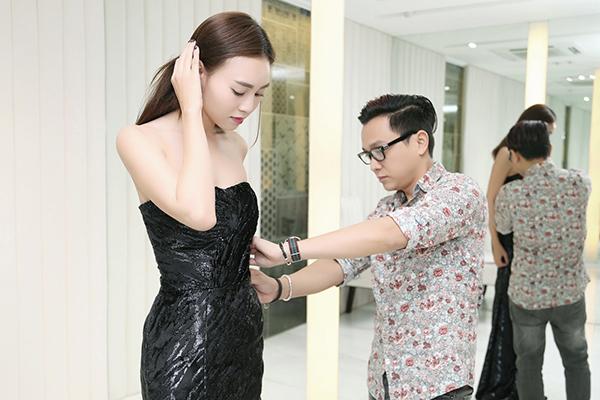 Vừa qua, nàng Cám Ninh Dương Lan Ngọc và nàng Tấm Hạ Vi đã xuất hiện tại Showroom thời trang của NTK Công Trí để thử trang phục chuẩn bị cho ngày công chiếu của bộ phim bom tấm Việt mùa hè này Tấm Cám: Chuyện Chưa Kể.