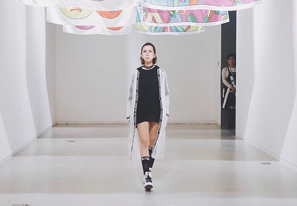 Min đã có mặt ở Thượng Hải để tham dự một sự kiện thời trang được tổ chức tại đây. Đây là năm thứ 2 Min góp mặt trong sự kiện và là nghệ sĩ Việt Nam duy nhất.