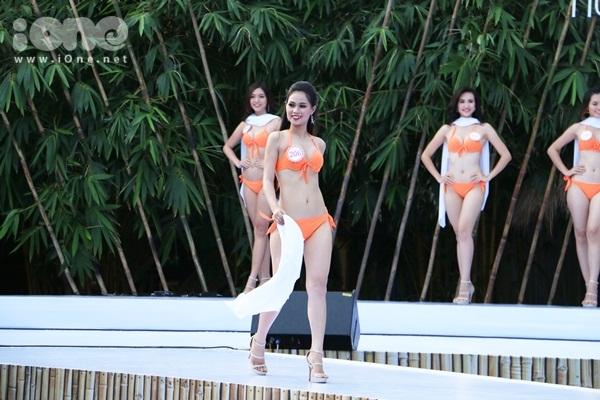 hhvn-thi-sinh-sexy-dien-bikini-long-lay-voi-do-tu-chon-7