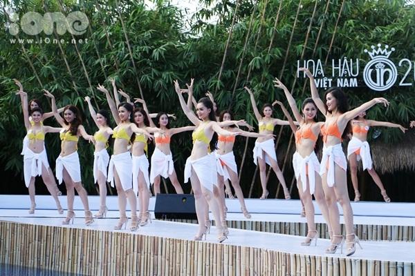 hhvn-thi-sinh-sexy-dien-bikini-long-lay-voi-do-tu-chon-1