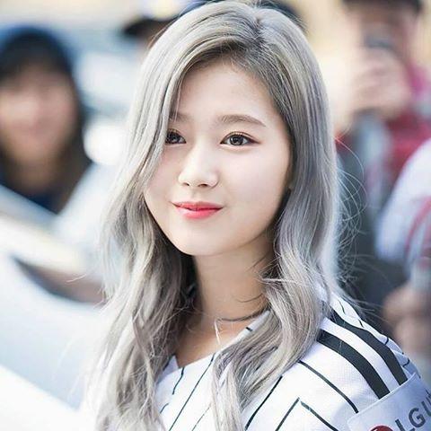 Sana là thành viên người Nhật, người đang nổi tiếng vì câu hát sai tiếng Anh Sha Sha Sha. Hình tượng vụng về, đáng yêu của thành viên Twice rất được fan yêu thích.