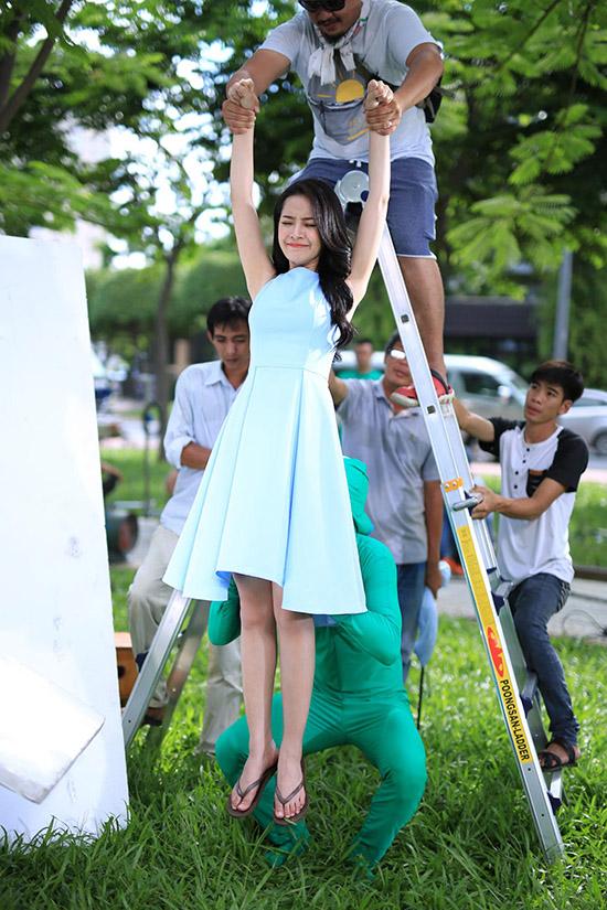 Người đẹp 9x thực hiện nhiều phân đoạn khó trong suốt 26 giờ đồng hồ như giữ cân bằng trên bàn xoay, bay nhảy trên không với sự trợ giúp của vũ đoàn.