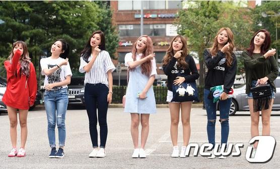 Các thành viên I.O.I tươi rói vào sáng sớm khi đến đài truyền hình tổng duyệt cho show Music Bank. 7 thành viên trang điểm đậm theo concept của bài hát, chọn trang phục theo style năng động.