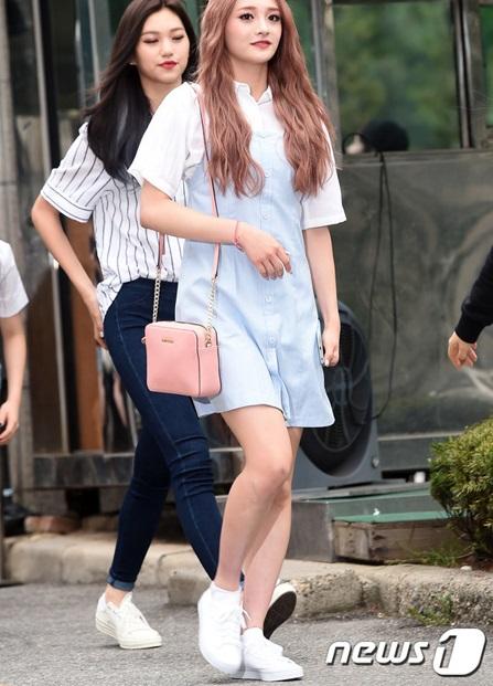 Pinky đáng yêu với mái tóc hồng, cách kết hợp váy 2 dây bên ngoài sơ mi trắng tạo hình tượng trẻ trung, hợp mốt.