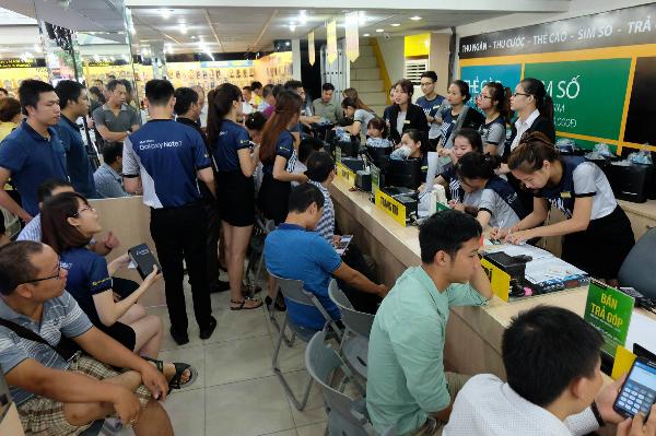 Tại cửa hàng Thế giới di động ở Thái Hà (Hà Nội), dù trời mưa lớn do ảnh hưởng của bão, vẫn có rất đông khách hàng tới nhận Galaxy Note 7 sau khi đã đặt hàng trước từ 3/8.