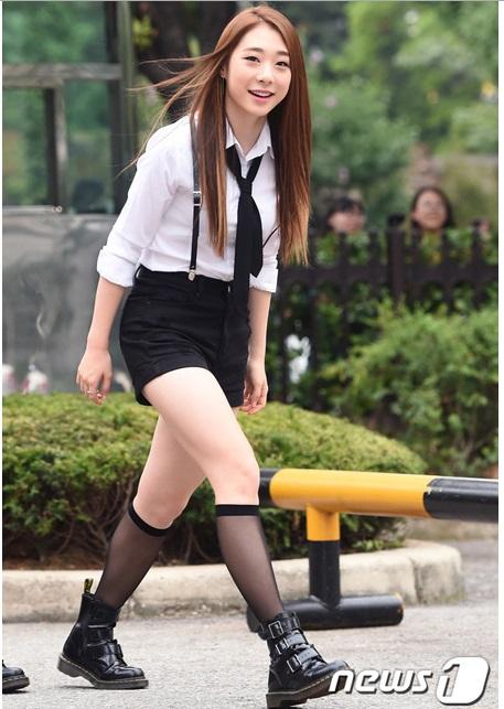 Yeon Jung debut cùng nhóm nhạc mới, cô nàng xuất hiện với hình tượng sexy, mặc đồ diễn đến Music Bank.
