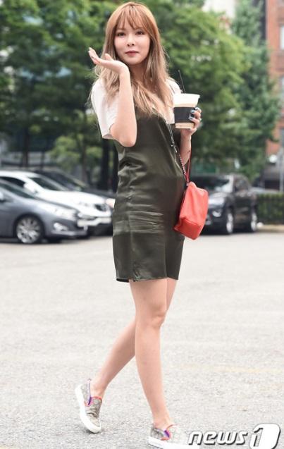 Hyun Ah mặt sưng vù vào buổi sáng khi đi tổng duyệt.