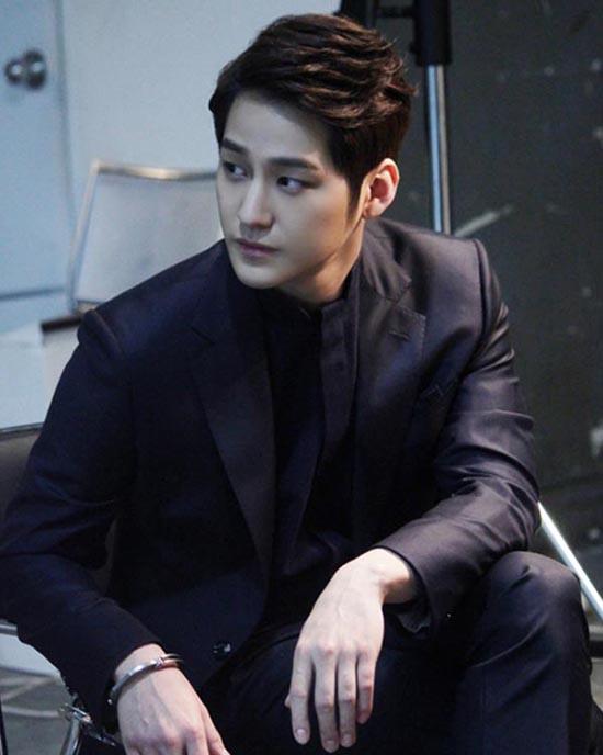 Mỹ nam Kim Bum đã có màn tái xuất màn ảnh với vai diễn ấn tượng trong Mrs. Cop 2.Lee Ro Joon - một CEO điển trai và tài giỏi nhưng vô cùng thủ đoạn, tàn nhẫn. Hắn có thể làm mọi việc vì lợi ích bản thân.  9 ác nhân phim Hàn không ai ghét nổi vì quá đẹp trai 6 7110 1471628700