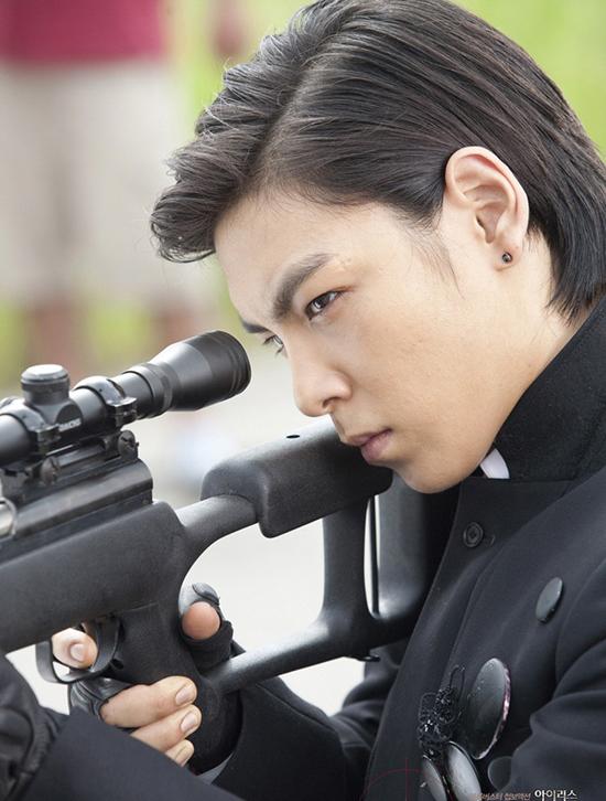 Vick gây ấn tượng bởi tài bắn súng thiện xạ với tỷ lệ chính xác lên đến 100%. Nhiệm vụ của anh là tiêu diệt gián điệp cấp cao Hàn Quốc Kim Hyun Joon (Lee Byung Hun). Anh cũng có một mối tình khó quên với Mi Jung (Jooni) sau lần ra tay anh hùng cứu mỹ nhân. Hình ảnh bí ẩn của Vick nhanh chóng thu hút trái tím của người đẹp. Họ đã có nụ hôn nồng cháy và cùng trải qua một đêm lãng mạn. Ẩn sau vẻ anh hùng và lãng tử đó là một mưu mô của một tên sát thủ. Vick chỉ lợi dụng tình cảm của Mi Jung, sau đó ra tay giết hại cô gái ngây thơ si tình.  9 ác nhân phim Hàn không ai ghét nổi vì quá đẹp trai 7 8514 1471628700