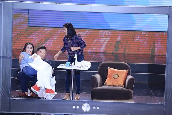 Hòa Minzy cùng nghệ sĩ Quang Minh - Hồng Đào trong mục Tua phim.