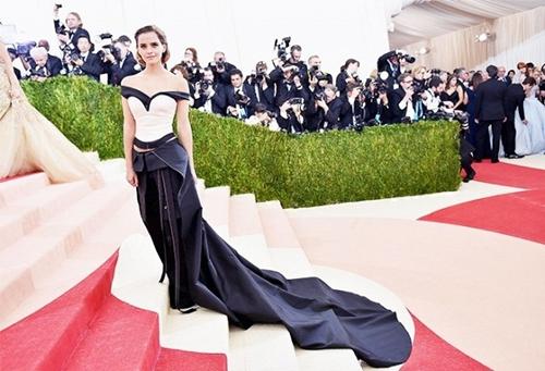 Hãy chắc chắn rằng vai của bạn hơi ngả về sau và cằm của bạn hếch nhẹ lên phía trước. Hãy hít một hơi thật sâu và cuộn vai ra sau sẽ giúp cho tư thế của bạn thẳng đẹp nhưng trông vẫn hoàn toàn thoải mái, giống như Emma Watson trong bức ảnh này.