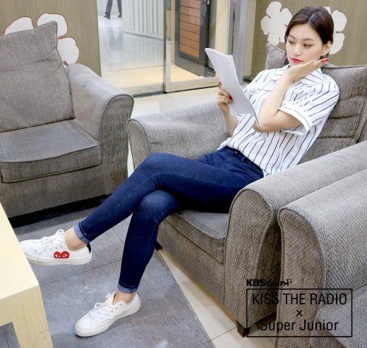 Do Yeon sở hữu đôi chân dài miên man, mặc áo sơ mi, quần jean vẫn toát lên khí chất người mẫu.