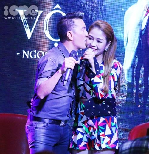 dam-vinh-hung-om-hon-chiu-chit-dan-tro-cung-the-voice-2