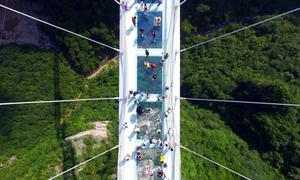 Cây cầu vắt qua hẻm núi, người sợ độ cao phải ngửa mặt lên mới đi qua nổi