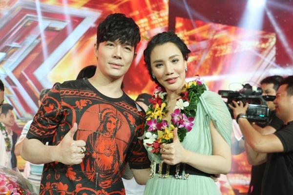 HLV Hồ Quỳnh Hương và cố vấn Nathan Lee tự hào về cô học trò nhỏ.