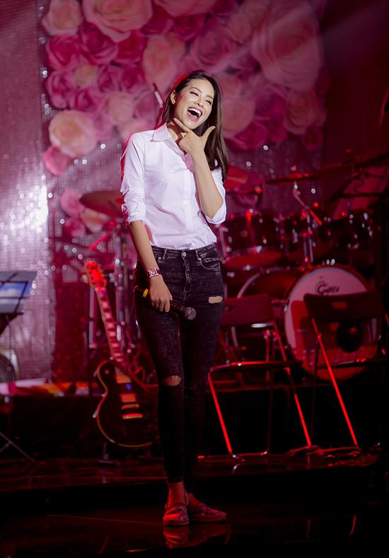 Chiều nay (21/8) tại TP.HCM, Hoa hậu hoàn vũ Việt Nam 2015 vừa có buổi gặp gỡ đầu tiên với fans  những người hâm mộ luôn theo sát, luôn yêu mến và ủng hộ Phạm Hương từ những ngày cô nàng mới chập chững vào nghề cho tới nay.