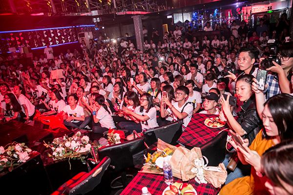 Buổi gặp gỡ và giao lưu của Phạm Hương với fans thu hút hơn 500 người tham dự. Trong đó, có rất nhiều người ở những tỉnh thành xa đã không quản ngại đường xá xa xôi có mặt trong buổi chiều hôm nay để được gặp gỡ và giao lưu với thần tượng. Cũng có những fan từ Hà Nội, Hải Phòng và một số tỉnh miền Bắc, Trung cũng đặt vé máy bay vào TP.HCM để tham dự buổi offline này.