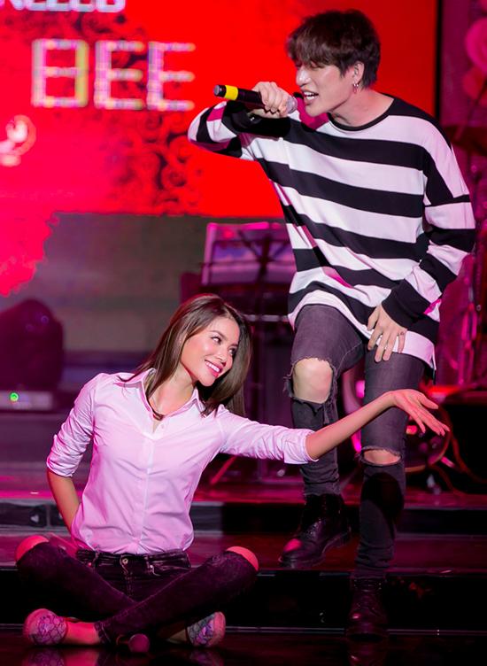 để đáp lại tấm chân tình của fans, Phạm Hương đã đặt nhạc sĩ Châu Đăng Khoa viết riêng ca khúc Và lắng nghe mình và hát ngay trên sân khấu như một món quà đặc biệt gửi tặng tới fans.