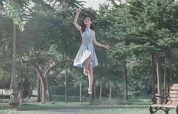 Được biết người đẹp cùng với các cộng sự đã mời đạo diễn nước ngoài hỗ trợ làm việc, sử dụng công nghệ quay hiện đại tương tự bộ phim hoạt hình đình đám Alice in wonderland từng gây bão tại các rạp chiếu phim vào trong MV.