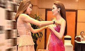 Diện đồ dễ hớ hênh, Ngọc Loan được Phạm Hương ân cần chỉnh váy
