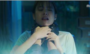 W tập 11: Yeon Joo bị sát thủ áo đen bóp cổ vì cố cứu Kang Chul