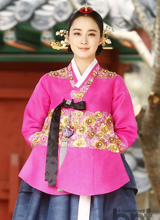 Mỹ nhân quốc bảo Kim Tae Hee có cơ hội chinh phục khán giả trong tạo hình cổ trang khi đóng Tình sửJang Ok Jeong