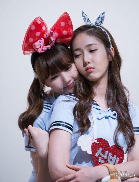 Ye Rin rất thích ôm ấp, đụng chạm các thành viên cùng nhóm như một cách thể hiện tình cảm. Cô nàng tươi cười hạnh phúc khi được ôm lưng SinB.