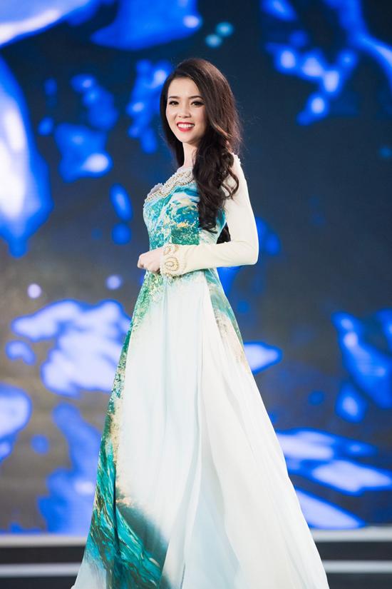 Các cô gái khoác lên mình những bộ áo dài với hai sắc xanh - trắng, lấy cảm hứng từ những viên ngọc quý trên biển xanh, mây trời.