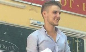 Thầy giáo Tây khiến học trò lục tìm danh tính vì quá điển trai