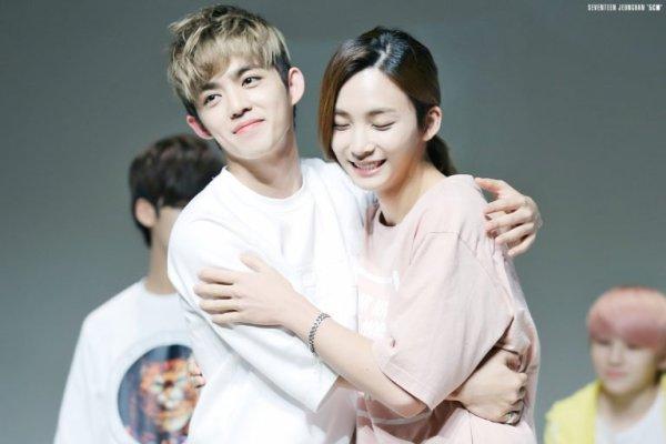 S.Coups rất giàu tình cảm, hay thể hiện sự quan tâm đến các thành viên cùng nhóm bằng những cái ôm thân mật. Anh chàng khiến các fan rụng tim khi ôm ấp thành viên xinh hơn con gái Jeong Han.
