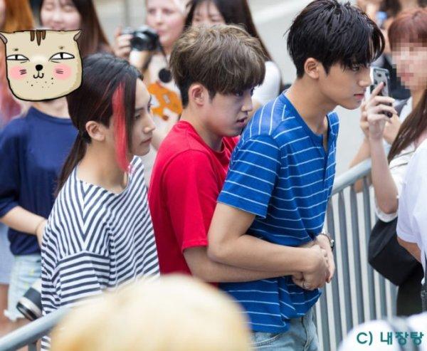 Bỗng yếu đuối bất ngờ khi rụt rè ôm anh chàng cool ngầu Min Gyu từ phía sau.