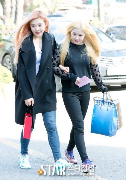 Joy rất thích khoác tay, bá cổ các thành viên. Cô nàng tay trong tay tình cảm với Irene trên đường đi làm.