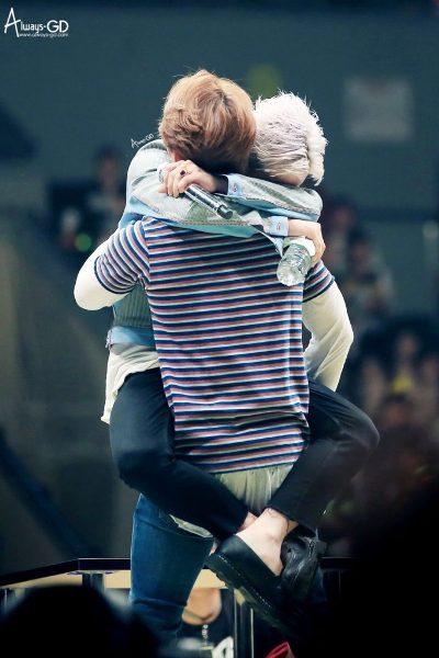 Không phải ngẫu nhiên mà cặp đôi GRi ra đời. Trưởng nhóm Big Bang thường có những khoảnh khắc bắn tim tung tóe với em út Seung Ri trên sân khấu.