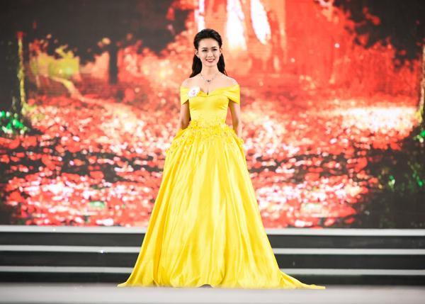 Phần trình diễn cuối cùng trong chương trình là phần thi Trang phục dạ hội. 30 cô gái tỏa sáng trên sân khấu trong những bộ đồ cầu kỳ, lộng lẫy.